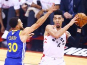 Toronto Raptors shooting guard Danny Green is defeated by Stephen Curry against the Golden State Warriors