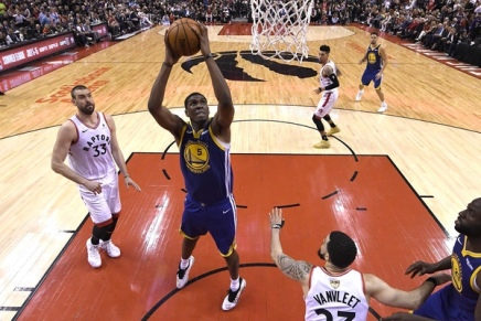 Warriors' Looney suffers broken collarbone