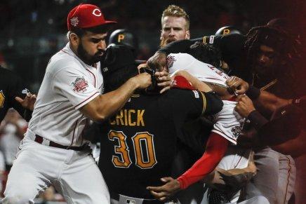 Garrett starts Reds-Pirates massivebrawl