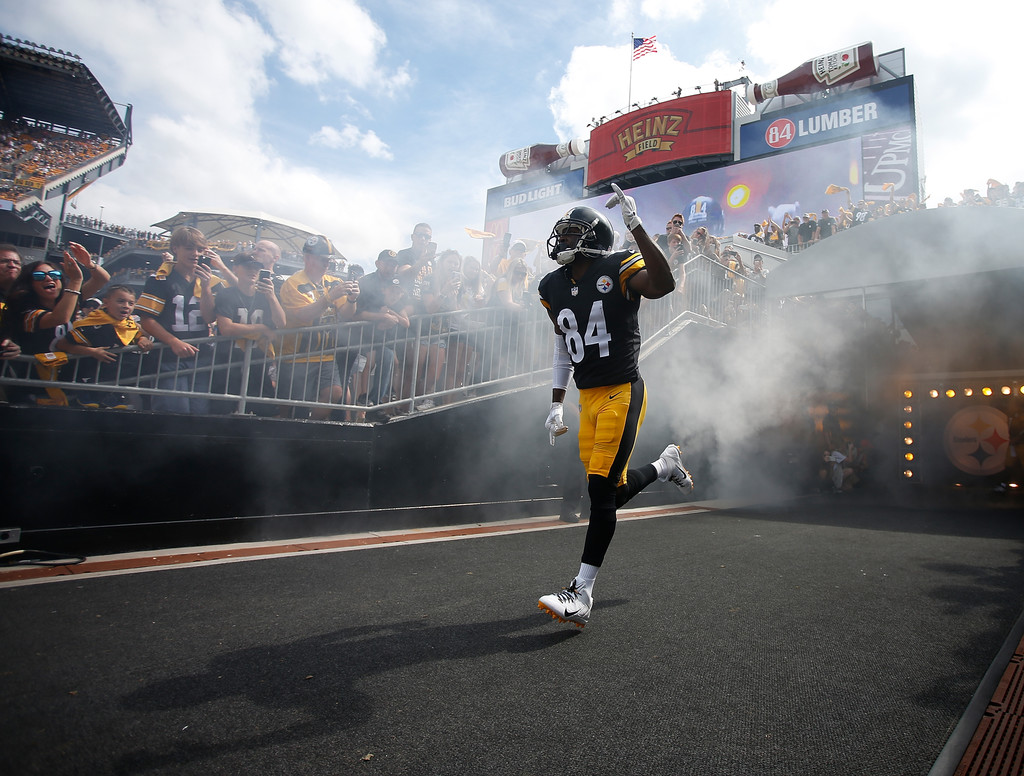 Former Pittsburgh Steelers wide receiver Antonio Brown takes the field during player introductions before the game against the Kansas City Chiefs