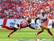Former Tampa Bay Buccaneers cornerback Vernon Hargreaves III attempts to tackle Raheem Mostert against the San Francisco 49ers