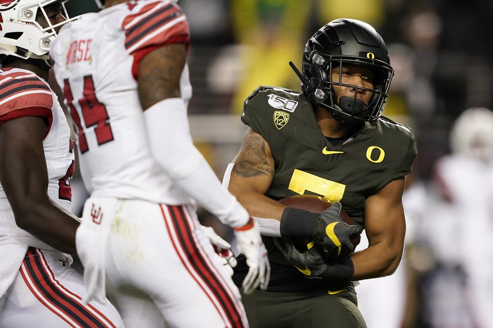 Oregon Ducks running back CJ Verdell runs into the end zone for a touchdown against the Utah Utes in the 2019 Pac-12 Conference Championship