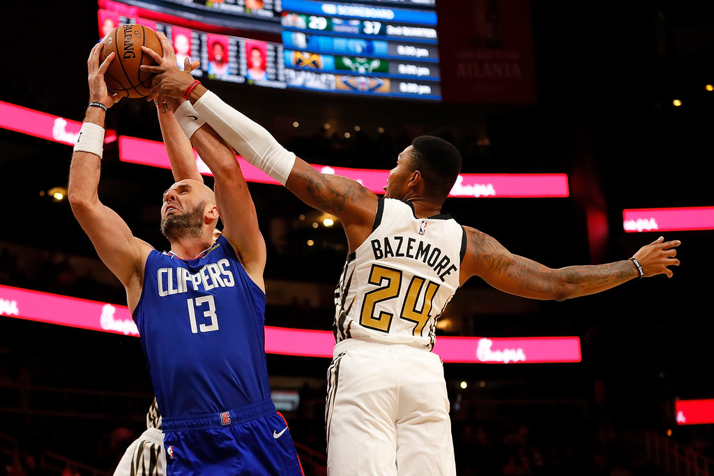 Former Atlanta Hawks forward Kent Bazemore and Alex Len knock the ball away from Marcin Gortat against the Los Angeles Clippers