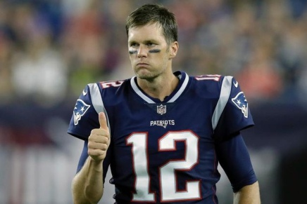 Buccaneers officially sign free agent Tom Brady