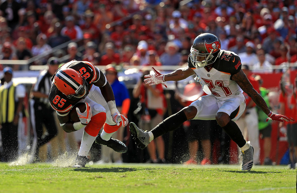 Cleveland Browns tight end David Njoku is tackled against the Tampa Bay Buccaneers