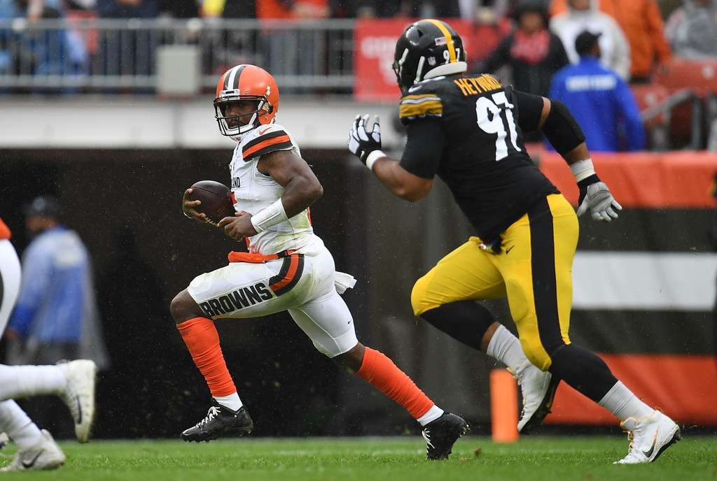 Pittsburgh Steelers defensive lineman Cam Heyward attempts to tackle Tyrod Taylor against the Cleveland Browns