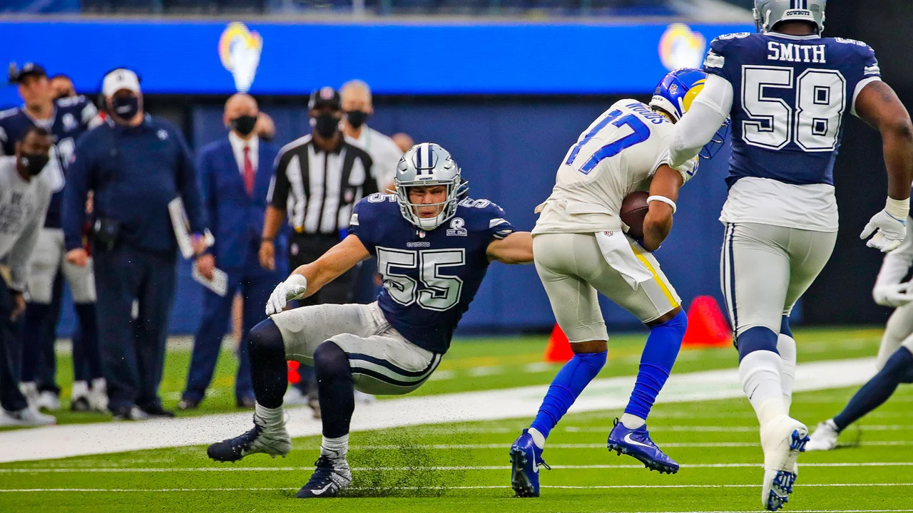 Dallas Cowboys linebacker Leighton Vander Esch attempts to make a tackle on Robert Woods against the Los Angeles Rams