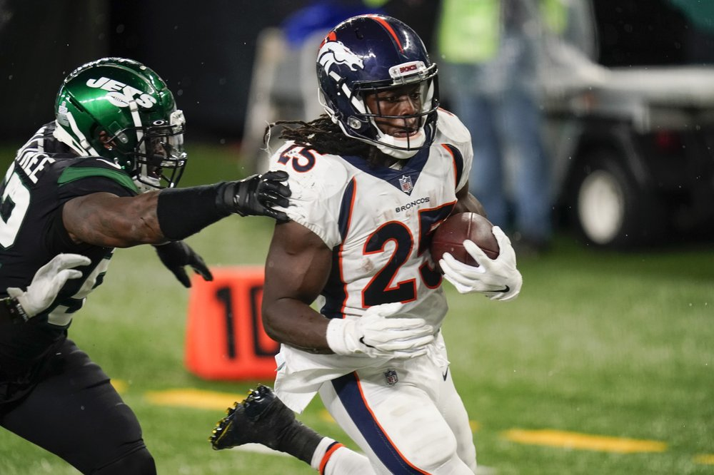 Denver Broncos running back Melvin Gordon runs past outside linebacker Alec Ogletree against the New York Jets for a touchdown
