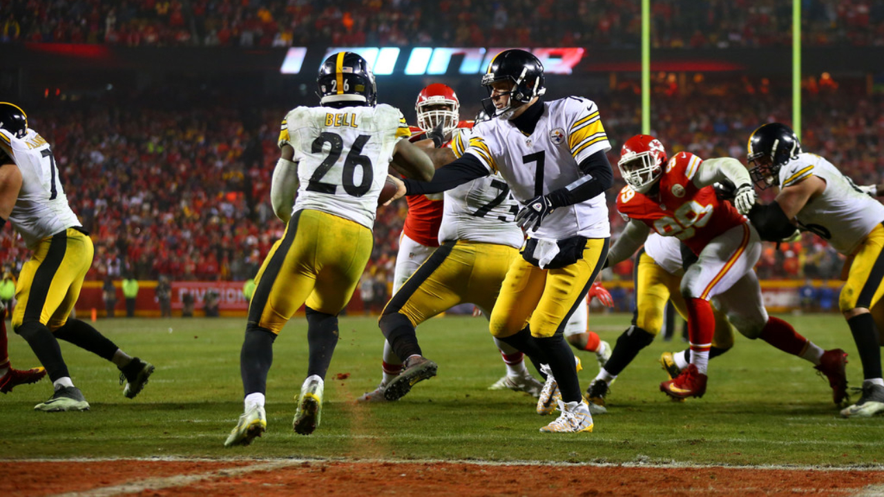 Former Pittsburgh Steelers running back Le'Veon Bell receives a handoff against the Kansas City Chiefs during the 2017 AFC Divisional Playoff game