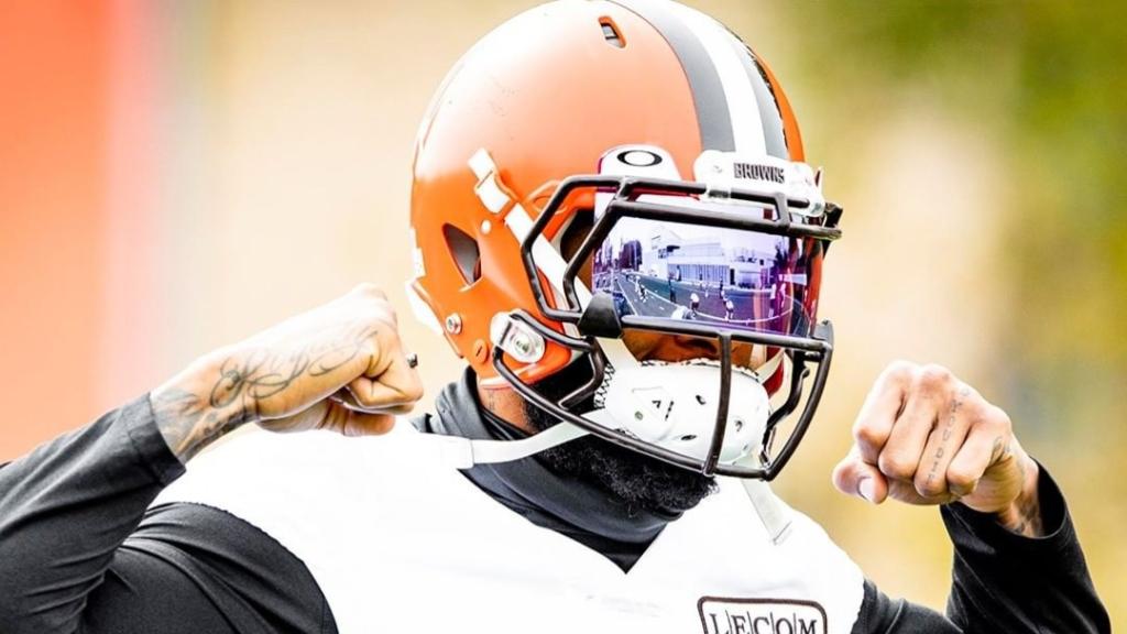 Cleveland Browns wide receiver Odell Beckham Jr. flexes during practice