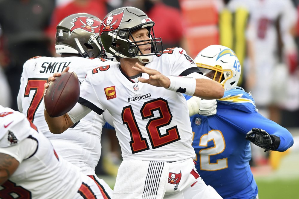 Tampa Bay Buccaneers quarterback Tom Brady eludes linebacker Uchenna Nwosu against Los Angeles Chargers