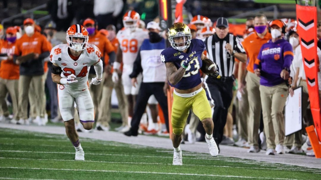 Notre Dame Fighting Irish running back Kyren Williams carries the football against the Clemson Tigers