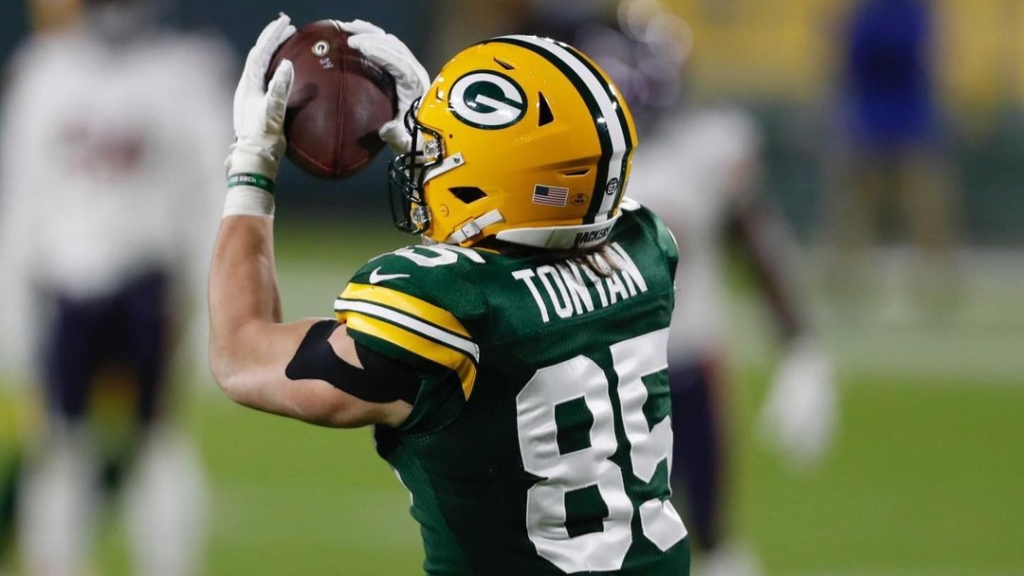 Green Bay Packers tight end Robert Tonyan makes a reception against the Chicago Bears on Sunday Night Football