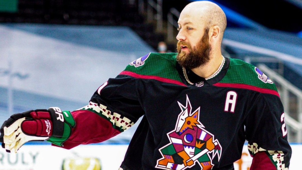 Former Arizona Coyotes assistant captain Derek Stepan talks to his teammates during the NHL bubble in Edmonton