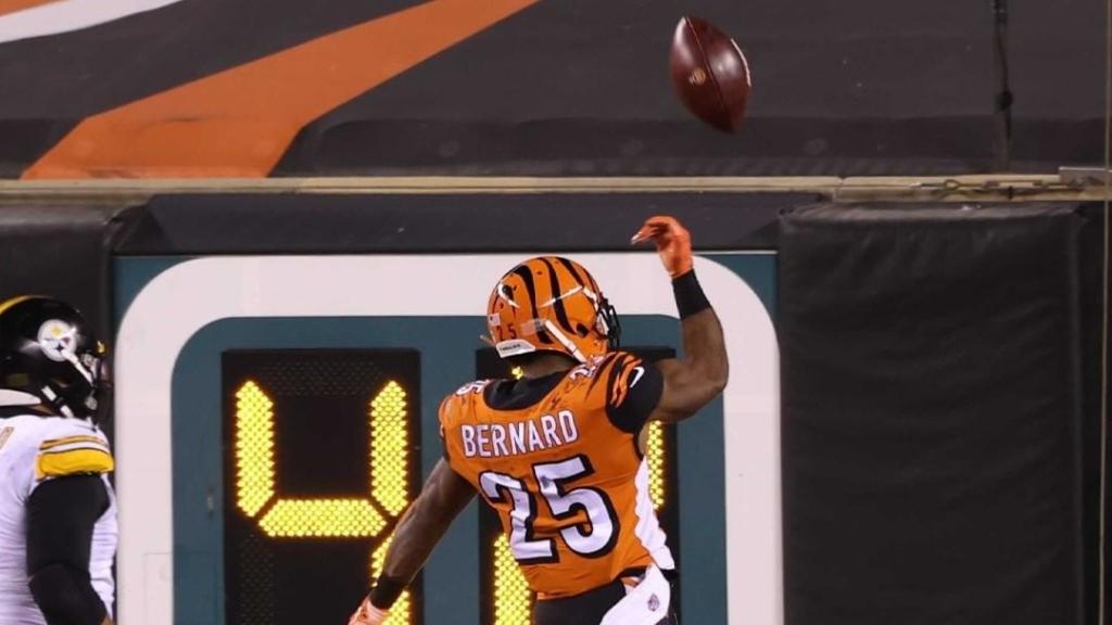 Cincinnati Bengals running back Giovani Bernard scores a touchdown against the Pittsburgh Steelers