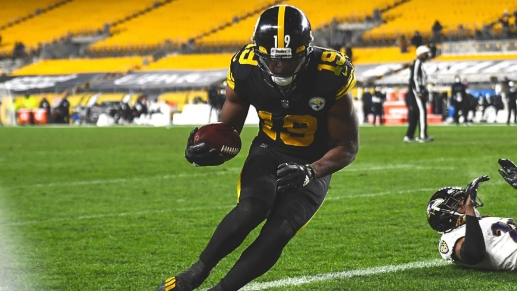 Pittsburgh Steelers wide receiver JuJu Smith-Schuster makes a touchdown reception against the Baltimore Ravens