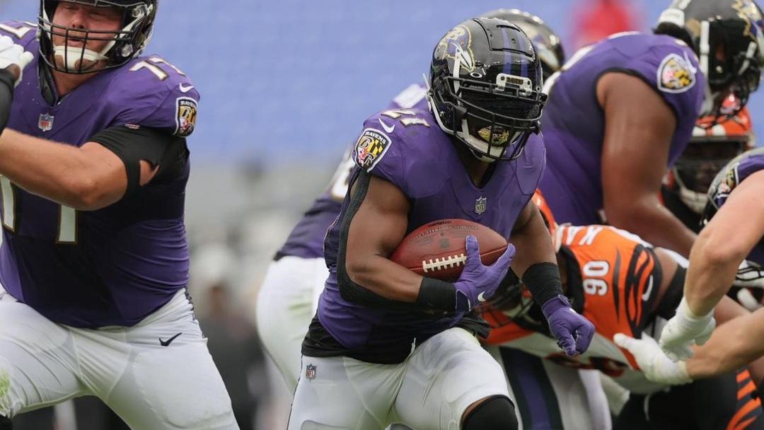 Baltimore Ravens running back Mark Ingram carries the football against the Cincinnati Bengals