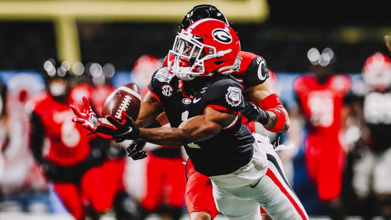 Georgia Bulldogs wide receiver George Pickens makes a diving reception against the Cincinnati Bearcats at the Chick-fil-A Peach Bowl