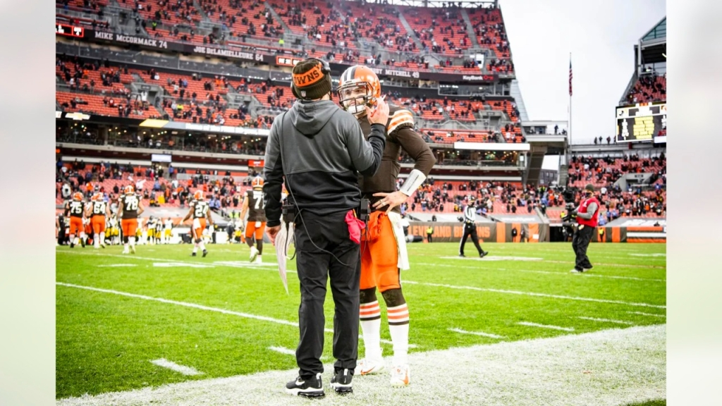 Cleveland Browns head coach Kevin Stefanski speaking with quarterback Baker Mayfield against the Pittsburgh Steelers
