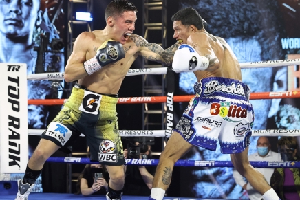 Valdez upsets Berchelt to win WBC Super Featherweight Championship belt