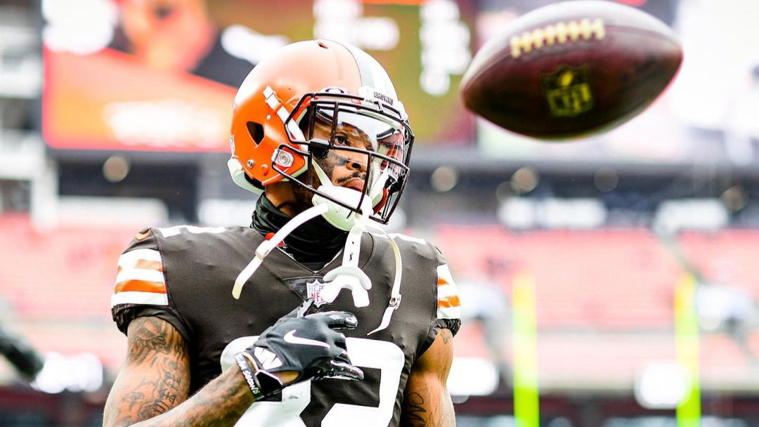 Cleveland Browns wide receiver Rashard Higgins warms up before their game with the Pittsburgh Steelers