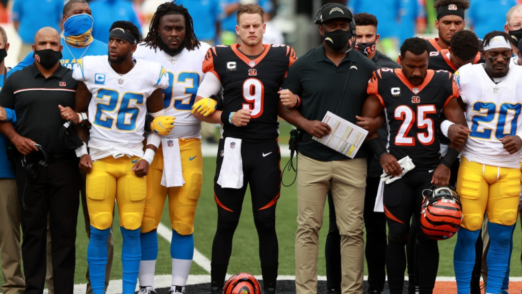 Cincinnati Bengals quarterback Joe Burrow stands with his teammates and the Los Angeles Chargers during the U.S. National Anthem