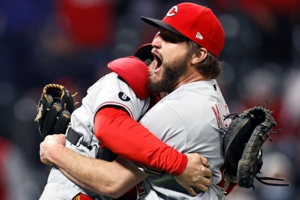Reds' Wade Miley throws no-hitter againstIndians